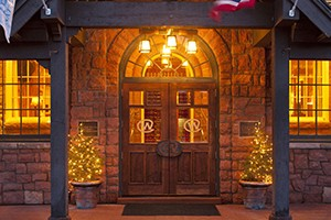 The Wort Hotel - On the Town Square :: Luxury historic hotel on the town square, in the heart of Jackson Hole. Free ski shuttle, full-service restaurant & bar with live entertainment. Walk to shops & restaurants.