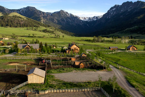 Grizzly Creek Ranch - luxury rentals for 35 guests :: Showcasing the finest location in Montana just minutes to Yellowstone Park. With nearly 2000 acres, our 6-homes are ideal for a luxury family retreat. Includes private chef.