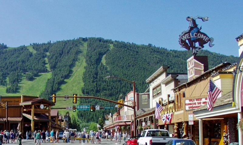 Jackson hole town square center in wyoming alltrips for Towns near jackson hole wyoming